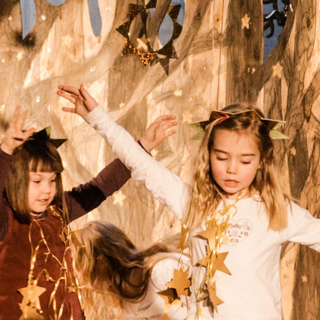 musikalische früherziehung Kind verkleidet als Stern tanzt