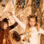 Kind verkleidet als Stern tanzt