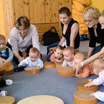 Mütter trommeln mit ihren Babys