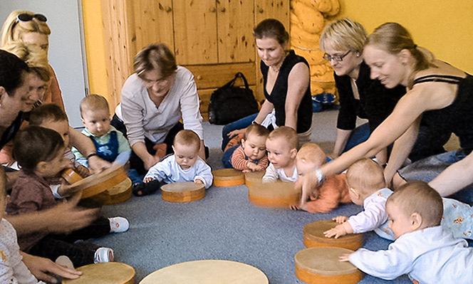 musikalische früherziehung Mütter trommeln mit ihren Babys